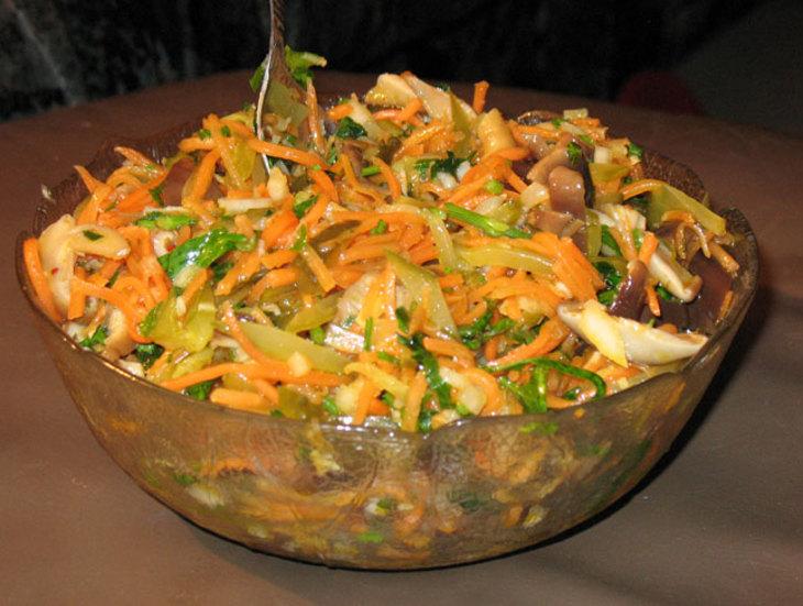 Салат с солеными грибами и морковью с луком