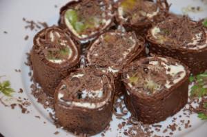 Слдкие роллы из шоколадных блинчиков
