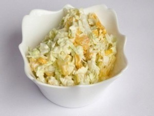 Салат со сладкой кукурузой и яболоком вегетарианский