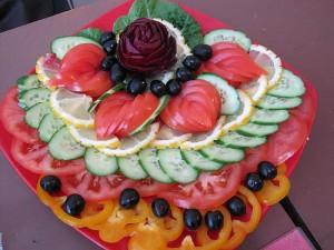 Как красиво сформовать овощную композицию