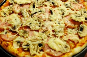 Пицца шампиньонами и ветчиной