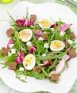 Salat-s-perepelinymi-yaycami-i-brynzoy-5
