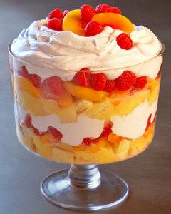 Фруктовый десерт с ягодами и взбитыми сливками