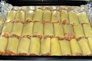 Каннелонни фаршированные и запеченные под сыром и соусом томатным