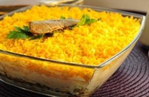 Салат со шпротами, сухариками и грибами, слоеный салат.