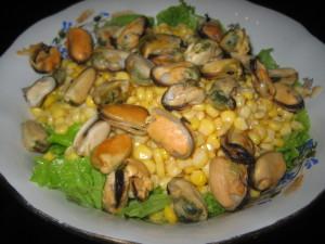 Быстрый и вкусный салат с мидиями и кукурузой