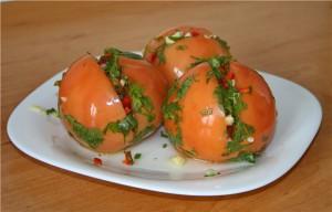 Маринованные помидоры с острой  начинкой