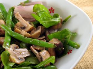 Салат со спаржевой фасолью и грибами