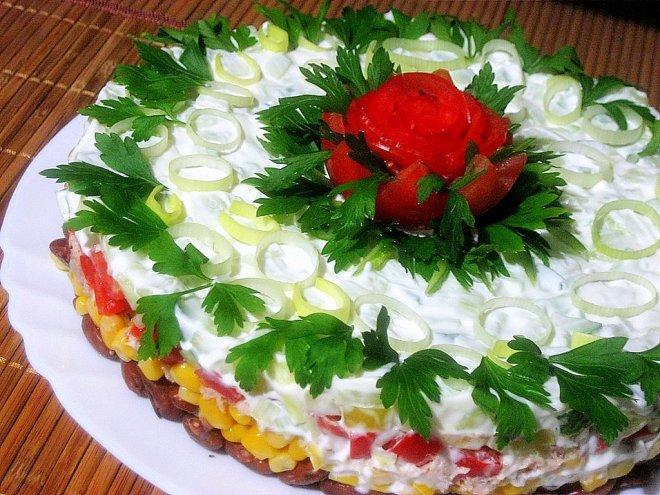 Салат праздничный с тунцом и кукурузой