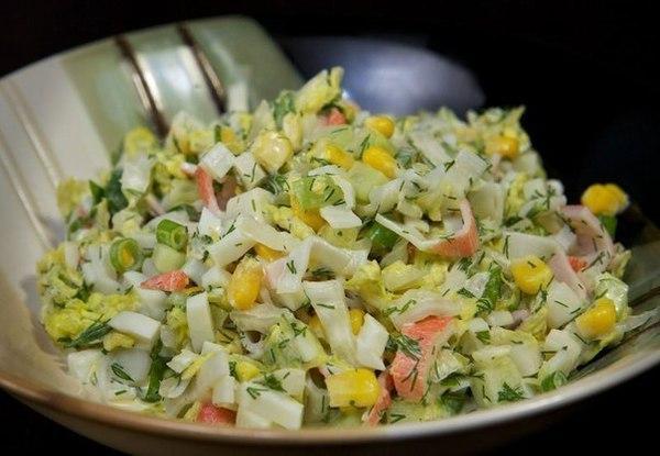 салат с крабовыми палочками, пекинкой и кукурузой