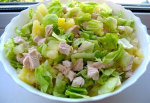 Салат с ананасом, куриной грудкой и пекинской капустой